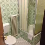 Bad mit schimmeligen Trennwänden