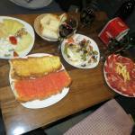 Vino garnacha ecológico bodegas en Murero, jamón, queso, ensalada