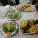 salmon, pincho y ensalada