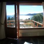 La vista de la habitacion con balcon al lago