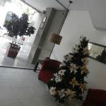 entrada del hotel con el arbolito de navidad , muy lindo