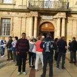 El Escudo real situado sobre la puerta principal esta hecho con molde de Pierre Puget.