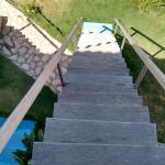 Escada íngreme dos quatos de cima.