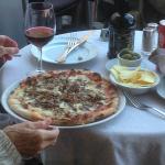 Gustare una pizza in una delle piazze più belle di Roma