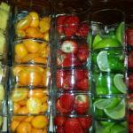 Estantería con las frutas para los cócteles