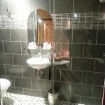 Cuarto de baño pequeño pero limpio