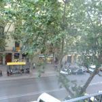 Vista da janela do hotel para rua