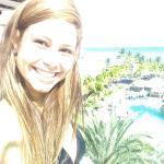 vista a la playa y a las piscinas del hotel