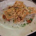 Ravioli alla ricotta con noci, burro e parmigiano