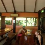 zdjęcie panoramiczne:kanapa gdzie można oglądać filmy z projektora, jadalnia, kuchnia