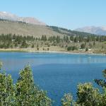 O belo lago visto da estrada