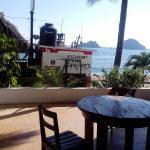 unas buenas vacaciones en los bungalows estan al pie de playa con una terraza muuy amplia