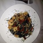 Spaghettis negros con gulas y gambas