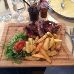 Assiette du rôtisseur. Saucisse de Toulouse, poulet, ribs au barbecue.