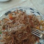Spaghetti di riso saltati con aggiunta di salsa di soia.