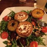 Salat mit gratiniertem Ziegenkäse, Trauben und Walnüssen