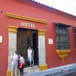 Fachada e porta de entrada do hotel