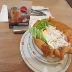 Рыбный салат в хрустящей хлебной тарелке