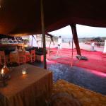 assise sous tente avec vue panoramique sur l Atlas.