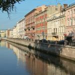 Отель Грифон находится на 4-5 этажах коричневого здания на правой стороне канала Грибоедова