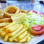 Plato combinado de Calamares, Ensalada y Patatas Fritas