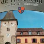 Direkt neben dem Stadtturm von Turckheim.