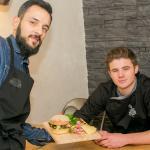 Présentation de l'équipe qui vous accueil et cuisine vos hamburgers : Julien et François
