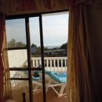 Balkon von Zimmer 6.2 mit Sonnenliegen und Aussicht auf die Paddocks