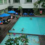 Kolam renangnya jadi satu dengan Fave Hotel
