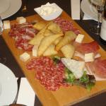 tabla de fiambre y quesos italianos con CRESCENTINE