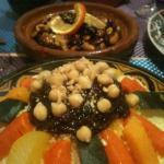 Cous cous con verduras y legumbres y al fondo Tajine de Cordero a la miel
