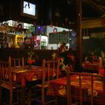 La sala dove si mangia con il bancone del bar
