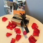 Personal note for being a returning guest, rose leaves and chocolate...