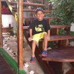 mi niño en la escalera de hojas