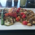 Peixe do dia com molho de legumes e tomate recheado