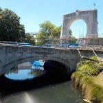 エイボン川にかかる橋とアーチ型の門