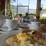 アダムスピークを眺めながら朝食