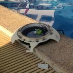 Toutes les lampes de la piscine à l'extérieur et cassées, fils à nus dans l'eau