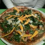 Pizza du jour magret de canard, oignon, copeau de potimaron frais , noix, mozarella, huile de tr
