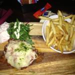 pollo fritto con pomodoro e formaggio, contorno di patate fritte