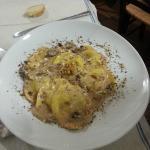Cappelletti al formaggio e noci con condimento di funghi porcini e