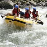 การล่องแก่งและการล่องห่วงยางในแม่น้ำ