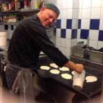 köksmästarn steker pannkakor