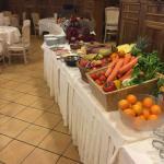 tavolo colazione con ottime spremute fresche e centrifughe di verdure con salumi affettati fresc