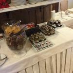 tavolo per la colazione con biscotti ottimi e marmellate varie