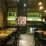 l'interno del ristorante/pizzeria con vista della cucina