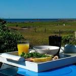 Frukost ute en vacker sommarmorgon