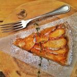 Пирог из рубленного теста с яблочками.