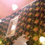 Decoração é divertida com paredes forradas de chita e luminárias pendentes