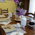 il tavolo per la colazione collettiva con orchidee